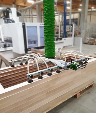 Manipulation de porte en bois